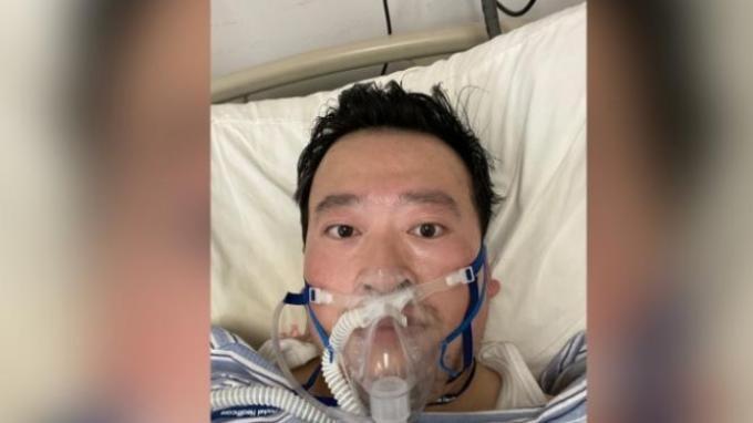 Mendiang dokter Li Wenliang (34 tahun), dokter spesialis mata di sebuah rumah sakit di Kota Wuhan. Dia adalah dokter pertama yang memperingatkan tentang munculnya virus misterius yang kini dinamakan virus corona di Kota Wuhan.