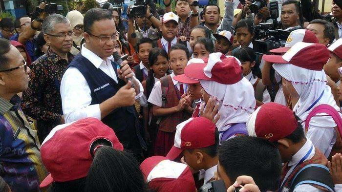 Anies Baswedan Diwawancarai Siswa saat Kunjungi SDN 23 Palembang