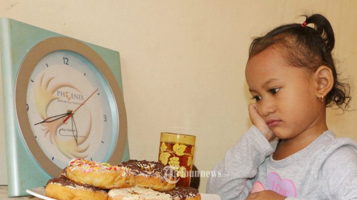 Bulan Ramadhan yang dikenal sebagai bulan penuh rahmat bagi umat Islam bisa dijadikan moment yang tepat untuk mengajarkan anak berpuasa. Di Indonesia yang mayoritas penduduknya Muslim sehingga bulan Ramadhan akan benar-benar terasa kekhusyu'an untuk menjalankan ibadah Ramadhan. Model : Shirin Nafeeza Ayu TRIBUN JATENG/Hermawan Handaka
