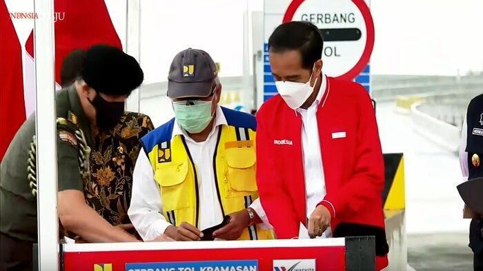 Momen Menteri Basuki Mengelap Prasasti Peresmian Tol Kayu Agung-Palembang hingga Buat Jokowi Kaget