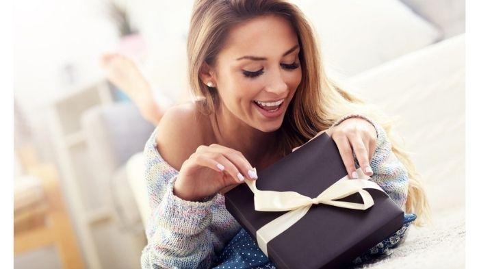 Mengirim hadiah kejutan dengan ide hadiah unik.