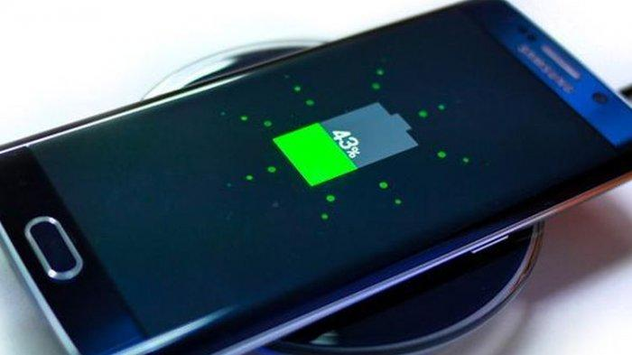 Galaxy S6 Edge mengisi baterai di atas aksesori wireless charging pad.
