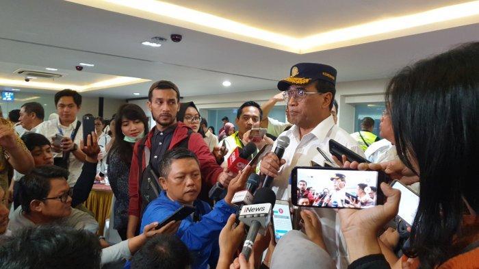 Menhub Budi Karya Sumadi usai meninjau runway 3 dan east cross taxiway di Bandara Internasional Soekarno-Hatta, Tangerang, Minggu (26/1/2020).