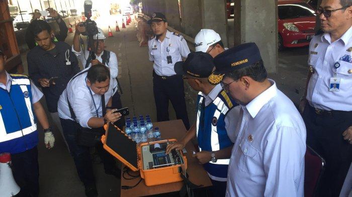 Menteri Perhubungan RI, Budi Karya Sumadi menyaksikan langsung proses penimbangan truk bermuatan over dimension dan over load (ODOL) di jalan tol Jakarta-Cikampek, Bekasi, Jawa Barat, Minggu (22/9/2019).
