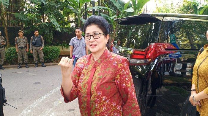 Menteri Kesehatan RI Nila F Moeloek saat menggunakan hak pilihnya di Tempat Pemungutan Suara (TPS) 10, Patra Jasa, Kuningan, Jakarta Selatan, Rabu (17/4/2019).