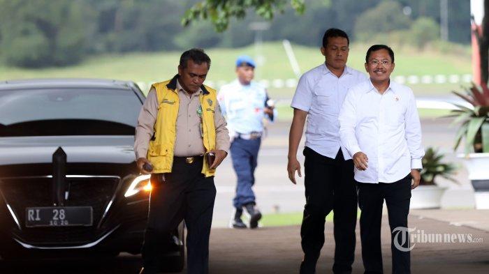 Menteri Kesehatan (Menkes) Terawan Agus Putranto saat tiba di Bandara Halim Perdana Kusuma, Jakarta Timur, Sabtu (15/2/2020). Kementerian Kesehatan telah mengeluarkan pernyataan sehat kepada 238 WNI yang terpapar Virus Korona dan telah menjalani karantina atau observasi di Natuna selama 14 hari. Tribunnews/Jeprima