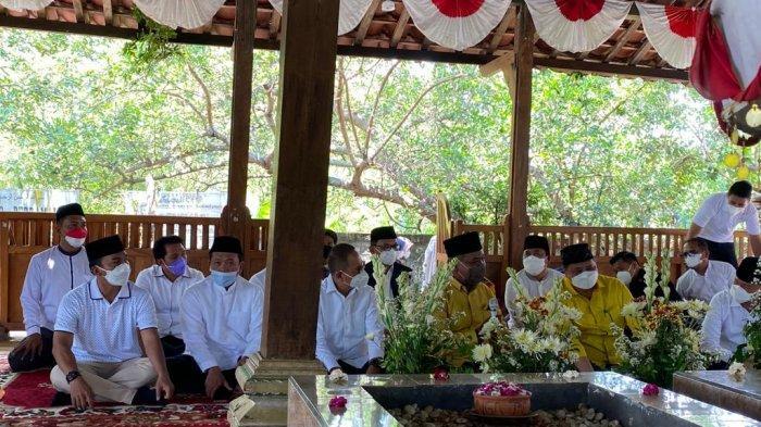 Ziarah ke Makam Mbah Lim, Airlangga Disambut Lagu Indonesia Raya dan Didoakan Sukses di 2024
