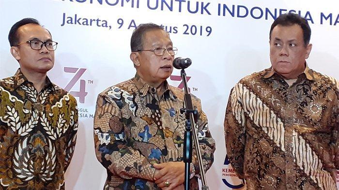 Menko Bidang Perekonomian Darmin Nasution (tengah) dan Sekretaris Kementerian Koordinator Bidang Perekonomian, Susiwijono (kiri kacamata) dalam konferensi pers Seminar Nasional Transformasi Ekonomi untuk Indonesia Maju, di Borobudur Hotel, Jakarta Pusat, Jumat (9/8/2019).