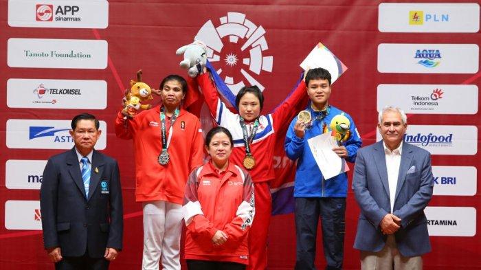 Menko PMK Serahkan Medali untuk Angkat Besi Putri Kelas 48 kg