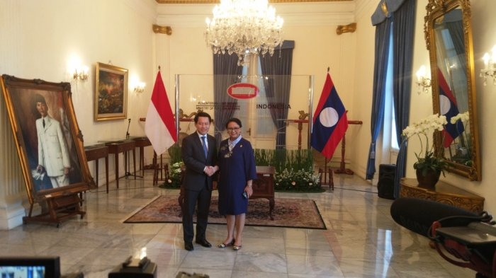 Menteri Retno Pakai Dress Baru Sambut Kedatangan Menlu Laos