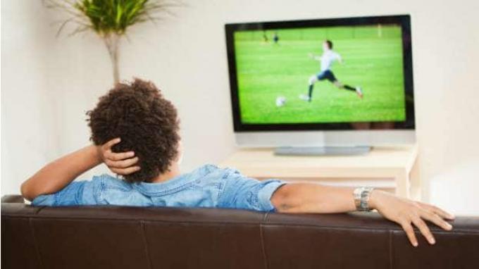 menonton televisi led