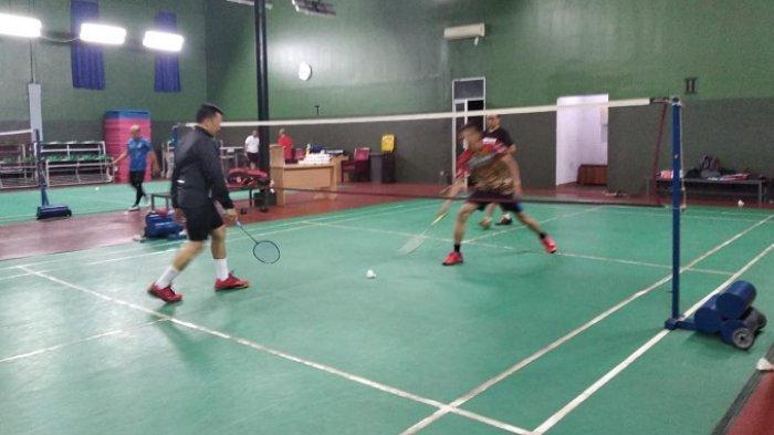 Menteri Pemuda dan Olahraga Imam Nahrawi bermain bulutangkis bersama Tribunnews.com di Kemenpora, Jakarta, Selasa (30/7/2019)