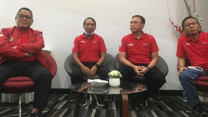 Menpora Zainudin Amali bersama dengan Ketua Umum PSSI Mochamad Iriawan, Dirut PT LIB serta anggota exco PSSI saat menggelar rapat di stadion Batakan, Balikpapan, Kalimantan Timur, Sabtu (14/3/2020) malam.