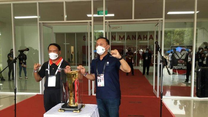 (Kiri) Menpora, Zainudin Amali dan (kanan) Ketua Umum PSSI Mochamad Iriawan memantau kesiapan dan persiapan Piala Menpora 2021, tertuma dalam protokol kesehatan dan foto dengan trofi Piala Menpora 2021 di Stadion Manahan, Solo, Minggu (20/3/2021) sore.
