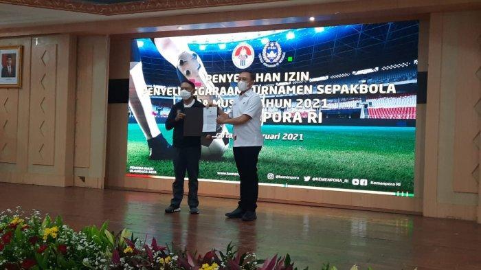 Menpora Zainudin Amali saat memberikan surat izin turnamen pramusim Piala Menpora 2021 yang sebelumnya didapatkan dari Kapolri Listyo Sigit Prabowo ke Ketua Umum PSSI, Mochamad Iriawan di Wisma Kemenpora, Senayan, Jakarta, Jumat (19/2/2021).