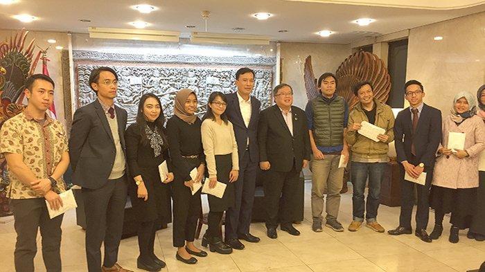 Menteri Ristek bersama beberapa warga Indonesia yang bertanya dan mendapatkan kenang-kenangan dari pihak KBRI diserahkan oleh Menteri..