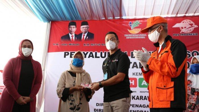 Distribusikan Bansos Tunai di Cikampek, Mensos Sampaikan Harapan Presiden