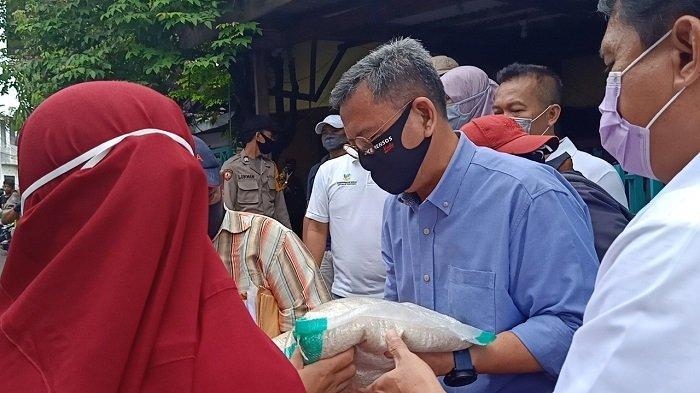 Kemensos Pantau Pendistribusian 342 Bansos Presiden Jokowi di RW 05 Koja