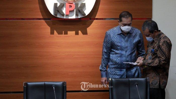 Deputi Pencegahan Pahala Nainggolan (kanan) berbincang  Menteri Perdagangan Muhammad Lutfi (kiri) usai pertemuan di gedung KPK, Jakarta, Kamis (22/4/2021). KPK beserta Kementan dan Kemendag melakukan pertemuan guna membahas kajian tata kelola impor komoditas hortikultura dan kajian tata kelola stok yang aman dalam penyediaan pangan. TRIBUNNEWS/IRWAN RISMAWAN