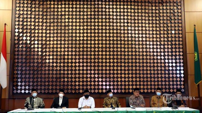 Menteri Agama, Yaqut Cholil Qoumas (kemeja putih) memberikan keterangan pers terkait penyelenggaraan ibadah haji 1442 H/2021 M di Gedung Kementerian Agama, Jakarta Pusat, Kamis (3/6/2021). Dalam keterangannya, pemerintah memastikan tidak memberangkatkan jemaah haji Indonesia pada musim haji tahun ini karena menimbang kondisi pandemi Covid-19 yang masih meluas di seluruh dunia dan belum adanya kepastian dari Kerajaan Saudi terkait kuota haji menjadi pertimbangan utama pembatalan keberangkatan ini. Tribunnews/Jeprima