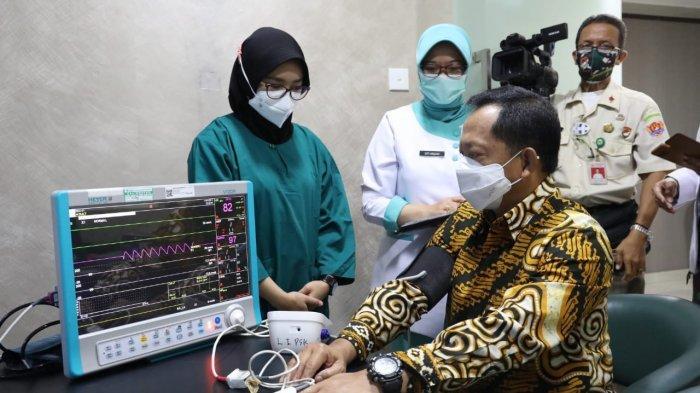 Menteri Dalam Negeri (Mendagri) Muhammad Tito Karnavian secara resmi telah disuntik vaksin Covid-19, di RSPAD Gatot Soebroto, Jakarta Pusat pada Rabu (20/01/2021).