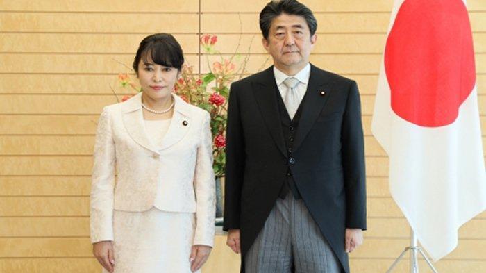 Menteri Kehakiman Jepang, Masako Mori (kiri) bersama Perdana Menteri Jepang, Shinzo Abe (kanan)