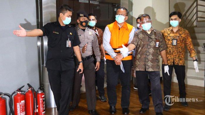 Menteri Kelautan dan Perikanan (KKP), Edhy Prabowo mengenakan rompi oranye usai menjalani pemeriksaan di Gedung KPK, Jakarta Selatan, Rabu (25/11/2020). KPK resmi menahan Edhy Prabowo bersama enam orang lainnya terkait Operasi Tangkap Tangan (OTT) dalam kasus dugaan menerima hadiah atau janji terkait perizinan tambak usaha dan/atau pengelolaan perikanan atau komoditas perairan sejenis lainnya. Tribunnews/Irwan Rismawan