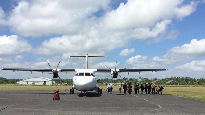 Menteri Kesehatan RI, dr Terawan bersama bersama Menteri PMK dan Kepala Badan Nasional Penanggulangan Bencana (BNPB) Letjen Doni Monardo tiba di bandara Lanud Raden Sajad, Natuna, Sabtu (15/2/2020).