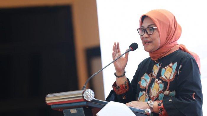 Menteri Ketenagakerjaan, Ida Fauziyah, secara resmi membuka Pembekalan Kewirausahaan (Inkubasi Bisnis In Wall) di Balai Besar Pengembangan Pasar Kerja dan Perluasan Kesempatan Kerja (BBPPK dan PKK) Lembang, Bandung Barat Minggu (19/7/2020) malam.