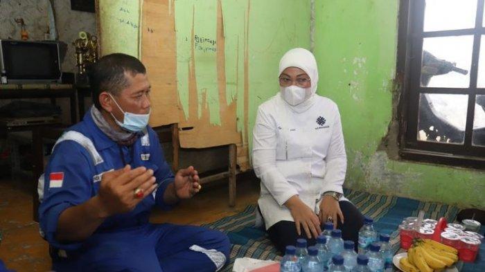 Menteri Ketenagakerjaan Ida Fauziyah mengunjungi pekerja yang menerima bantuan subsidi gaji di Indramayu, Jawa Barat, Rabu (21/10/2020).