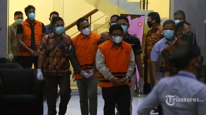 Menteri Kelautan dan Perikanan Edhy Prabowo mengenakan rompi oranye usai menjalani pemeriksaan di gedung KPK, Jakarta, Rabu (25/11/2020). KPK resmi menahan Edhy Prabowo bersama enam orang lainnya terkait Operasi Tangkap Tangan (OTT) dalam kasus dugaan suap proses penetapan ekspor benih lobster.