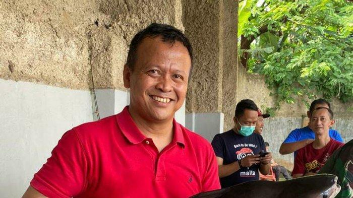 Menteri Kelautan dan Perikanan Edhy Prabowo memegang ikan Dori