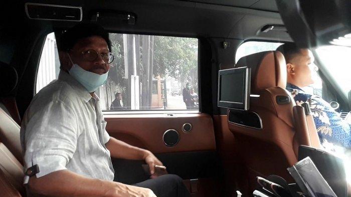 Menteri Komunikasi dan Informatika Johnny G Plate usai melakukan pemeriksaan terkait pencegahan virus corona di RSPAD Gatot Subroto, Jakarta Pusat, Minggu (15/3/2020).