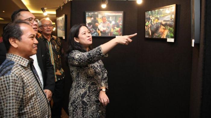 Menko PMK Serahkan Hadiah Pemenang Lomba Foto Gerakan Nasional Revolusi Mental
