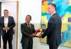 Menteri Bahlil Dorong VW Realisasikan Investasi Industri Sel Baterai di Indonesia