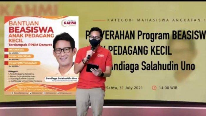 Menteri Sandiaga Salurkan Program Beasiswa Bagi Anak Pedagang Kecil