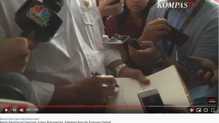 Menteri PUPR Basuki Hadimuljono menggambar skema Kali Ciliwung saat ditanya soal beda pendapat dengan Gubernur DKI Jakarta Anies Baswedan.