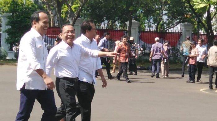 Menteri Sekretaris Negara pada kabinet kerja 2019-2024 Pratikno turut hadir ke Istana Kepresidenan, Jakarta, Senin (10/10/2019). Ia datang bersama Komisaris Utama Adhi Karya Fadjroel Rahman, dan mantan Staf Khusus Presiden Nico Harjanto.