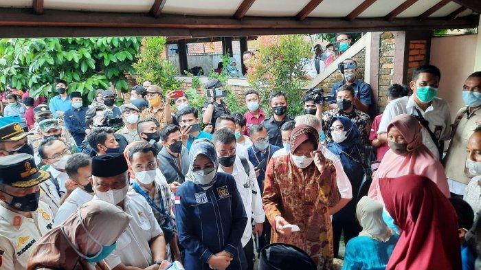 Risma Minta Bank Antarkan Langsung Bansos PKM di Lombok Timur Dalam Bentuk Tunai