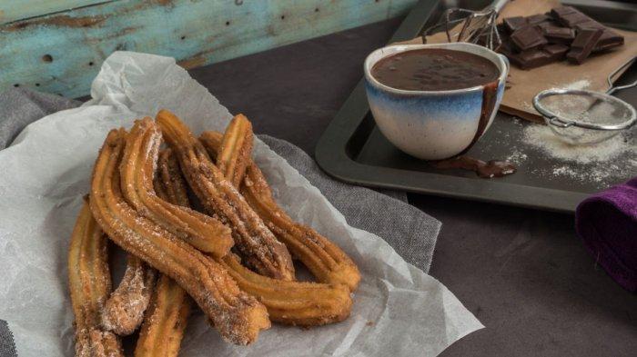 Churros yang dicelupkan ke dalam cokelat adalah menu sarapan khas Argentina.