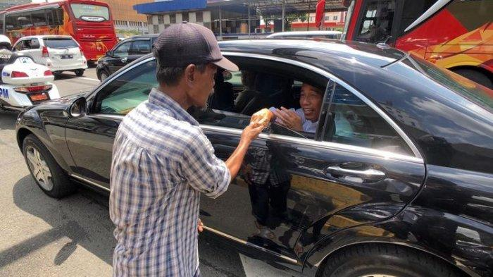 Di Tengah Kemacetan Seorang Pria Tua Menghampiri Mobil Jokowi, Ini yang Dilakukan Jokowi