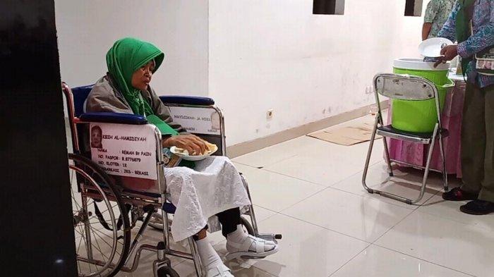 Makan Siang, Calon Jamaah Haji Nikmati Sayur Asem