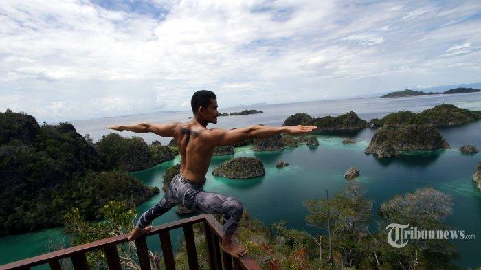 Instruktur olah raga Jun Ko Agus melakukan yoga saat mengunjungi Pulau Piaynemu, Kepulauan Raja Ampat, Papua Barat, Senin (16/5/2016). Kabupaten Raja Ampat terdiri dari 610 pulau dengan empat pulau utama, yaitu Pulau Misool, Salawati, Batanta dan Waigeo. Dari 610 pulau eksotis tersebut hanya 35 pulau yang memiliki nama. TRIBUNNEWS/DANY PERMANA