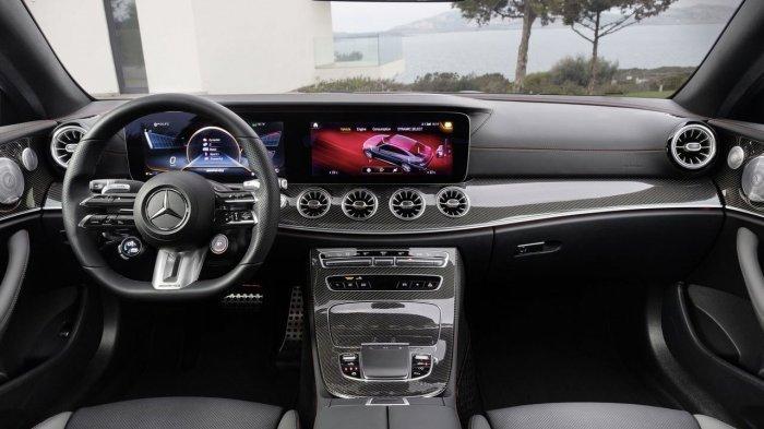 Dashboard pada bagian depan Mercedes-Benz E-Class