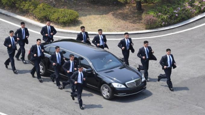 Limousine Mercedes-Benz S600 Pullman Guard yang membawa Pemimpin Korea Utara Kim Jong Un saat meninggalkan Rumah Perdamaian, lokasi pertemuannya dengan Presiden Korea Selatan Moon Jae In, pada Jumat (27/4/2018).