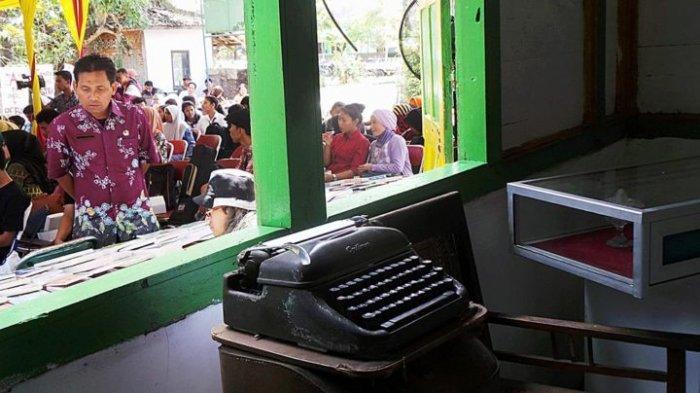 Mesin ketik sastrawan ternama Pramoedya Ananta Toer dipajang dalam pameran di rumah masa kecil Pram di Kabupaten Blora, Jawa Tengah, Kamis (13/9/2018). Pameran itu bagian dari Festival Cerita dari Blora yang berisikan sejumlah kegiatan terkait dengan sastra, kebudayaan, dan Pram.