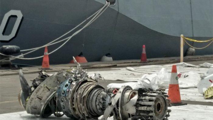 Mesin turbin pesawat Lion Air PK-LQP nomor penerbangan JT 610 diturunkan TNI AL dari Landing Craft Utility (LCU) KRI Banda Aceh, Minggu (4/7/2018). TRIBUNNEWS.COM/GITA IRAWAN