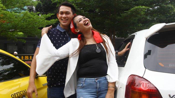 Elly Sugigi bersama teman dekatnya Irfan Sbaztian saat ditemui wartawan di halaman Mapolres Metro Jakarta Selatan, Kamis (22/2/2018). Hubungan Elly Sugigi dengan Irfan Sbaztian semakin dekat dengan sesekali mengumbar kemesraan. TRIBUNNEWS/HERUDIN