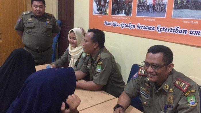 Sebanyak enam pasangan mesum terjaring praktik prostitusi. Mereka dilakukan pendataan dan pembinaan di Kantor Satpol PP Kota Tangerang, Selasa (24/9/2019).