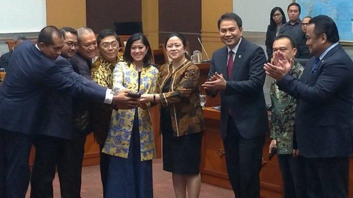 Pimpinan DPR melantik pimpinan Komisi I DPR RI, Selasa (29/10/2019). Komisi I DPR kini diketuai Meutya Hafid. (Chaerul Umam)